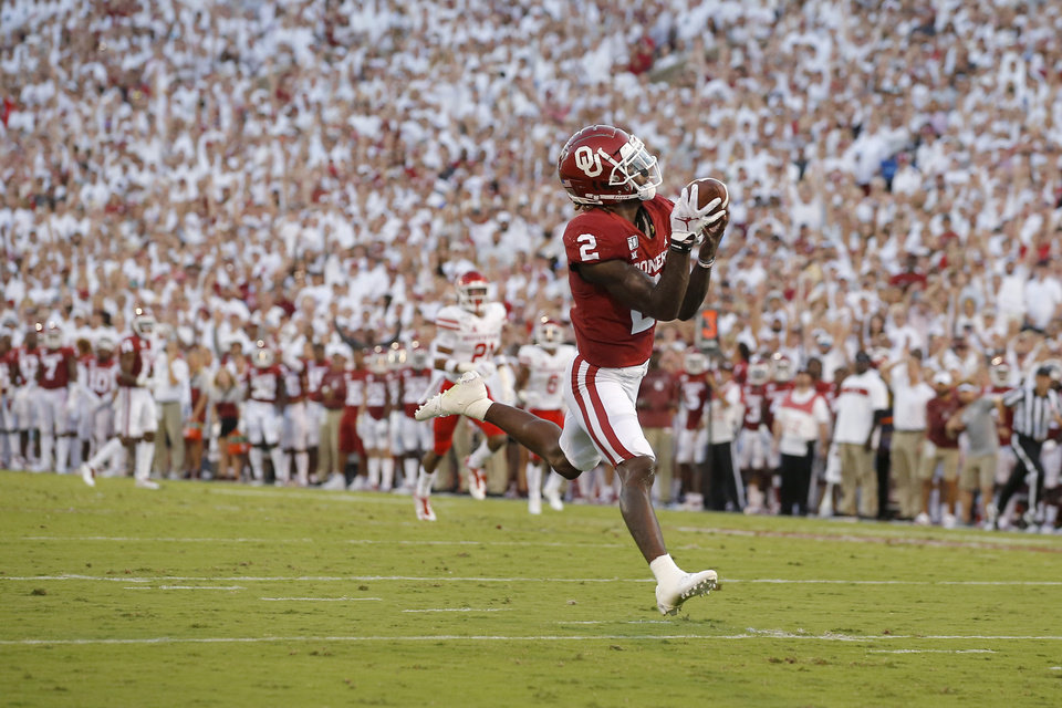 Photo - Oklahoma's CeeDee Lamb (2) catches a touchdown pass during a college football game between the University of Oklahoma Sooners (OU) and the Houston Cougars at Gaylord Family-Oklahoma Memorial Stadium in Norman, Okla., Sunday, Sept. 1, 2019. [Bryan Terry/The Oklahoman]