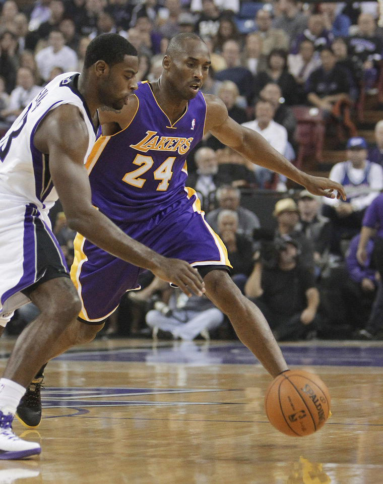 Photo -   Sacramento Kings guard Tyreke Evans, left, and Los Angeles Lakers guard Kobe Bryant scramble forthe ball during the first quarter of an NBA basketball game in Sacramento, Calif., Wednesday, Nov. 21, 2012. (AP Photo/Rich Pedroncelli)