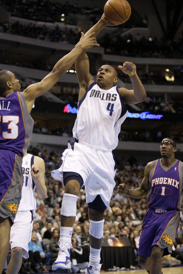 Photo - Dallas Mavericks guard Caron Butler (4) goes up for a shot as Phoenix Suns forward Grant Hill, left, defends in the second half of an NBA basketball game, Wednesday, Feb. 17, 2010, in Dallas. (AP Photo/Tony Gutierrez) ORG XMIT: DNA113