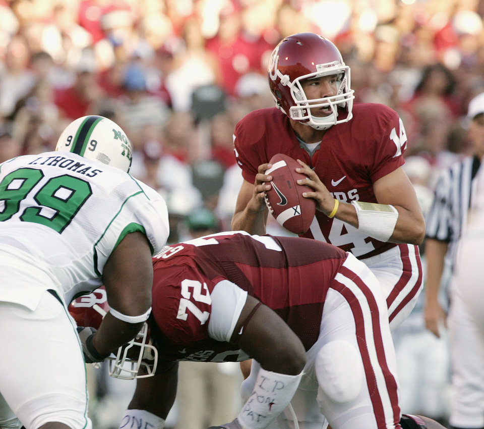 Photo - Oklahoma quarterback Sam Bradford (14) looks to thow his first touchdown pass of his career, to end Jermaine Grisham on this play, in the first half during the University of Oklahoma Sooners (OU) college football game against the University of North Texas Mean Green (UNT) at the Gaylord Family -- Oklahoma Memorial Stadium, on Saturday, Sept. 1, 2007, in Norman, Okla.   By BILL WAUGH, The Oklahoman  ORG XMIT: KOD