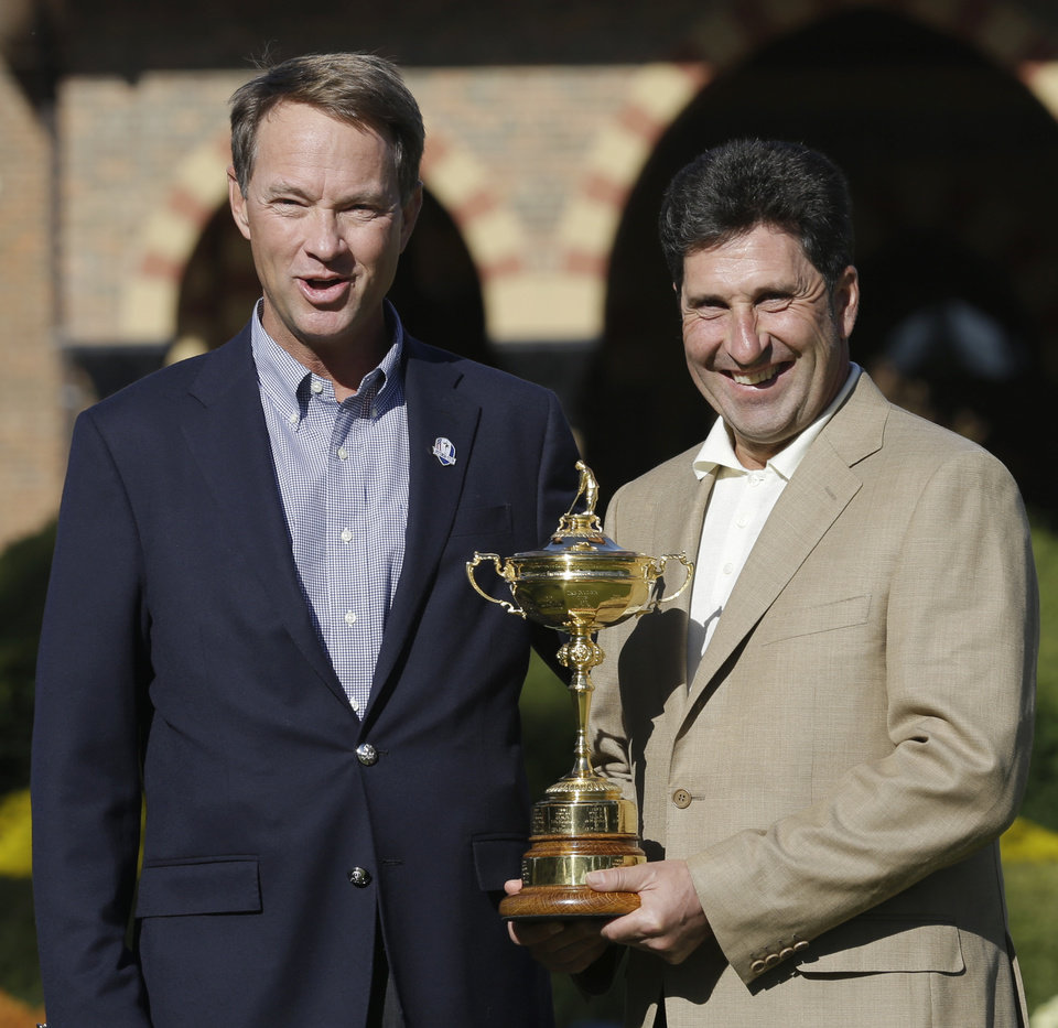 Photo -   USA captain Davis Love III, left, and European captain Jose Maria Olazabal pose with the trophy at the Ryder Cup PGA golf tournament Monday, Sept. 24, 2012, at the Medinah Country Club in Medinah, Ill. (AP Photo/David J. Phillip)