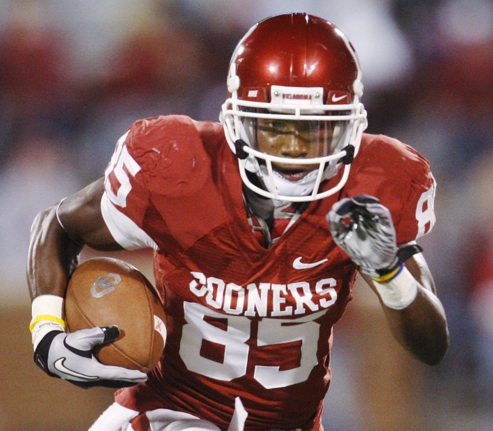 OU: FILE - In this Saturday, Oct. 30, 2010, file photo, University of Oklahoma wide receiver Ryan Broyles carries the ball against Colorado during an NCAA college football game in Norman, Okla. If not for a pressure-packed change of heart, Justin Blackmon and Broyles could be playing on the same team instead of against each other in a Bedlam showdown between the nation\'s top two receivers. (AP Photo/Sue Ogrocki, File) ORG XMIT: NY154