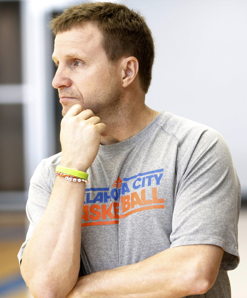 Photo - Coach Scott Brooks watches team after the Thunder practice Sunday, June 10, 2012. Photo by Doug Hoke, The Oklahoman