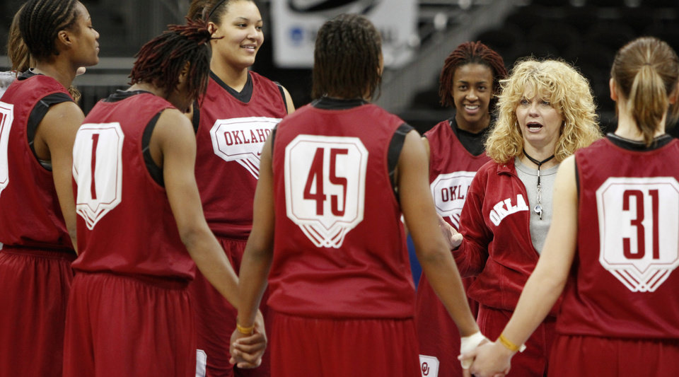 Photo - WOMEN'S COLLEGE BASKETBALL / WOMEN'S NCAA TOURNAMENT: OU head coach Sherri Coale talks to her team during practice in Kansas City, Mo., on Saturday, March 27, 2010. The University of Oklahoma will play Notre Dame in the Sweet 16 round of the NCAA women's  basketball tournament on Sunday.  Photo by Bryan Terry, The Oklahoman ORG XMIT: KOD