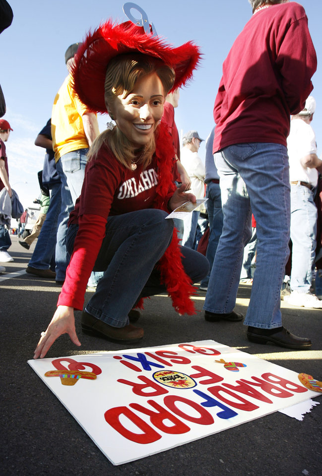 Photo - Debbie Parker of McKinney, Texas waits to enter the stadium before the Fiesta Bowl college football game between the University of Oklahoma Sooners (OU) and the West Virginia University Mountaineers (WVU) at The University of Phoenix Stadium on Wednesday, Jan. 2, 2008, in Glendale, Ariz. 