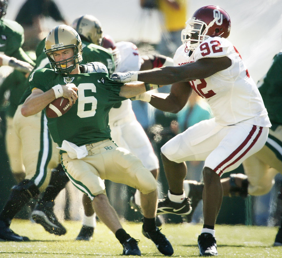 Photo - in the first half during the University of Oklahoma Sooners (OU) college football game against Baylor University Bears (BU) at Floyd Casey Stadium, on Saturday, Nov. 18, 2006, in Waco, Texas.     by Steve Sisney, The Oklahoman