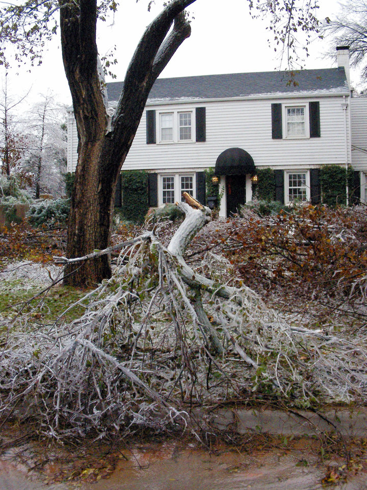 Photo - WINTER / COLD / WEATHER / ICE STORM 2007, DAMAGE: The home of Spencer Stone was heavily damaged in the Nichols Hills ice storm. ?, December 11, 2007.   ORG XMIT: KOD