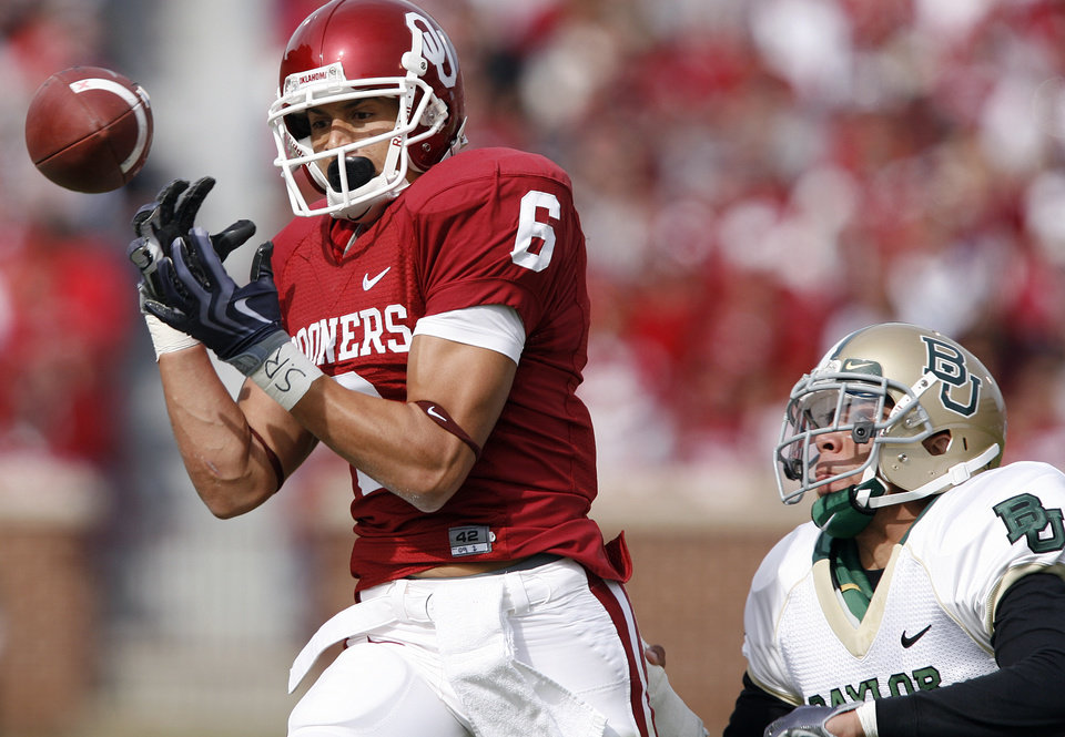 Photo - Oklahoma's Cameron Kenney (6) drops a pass during the first half of the college football game between the University of Oklahoma Sooners (OU) and the Baylor University Bears at Gaylord Family-Oklahoma Memorial Stadium on Saturday, Oct. 10, 2009, in Norman, Okla. 