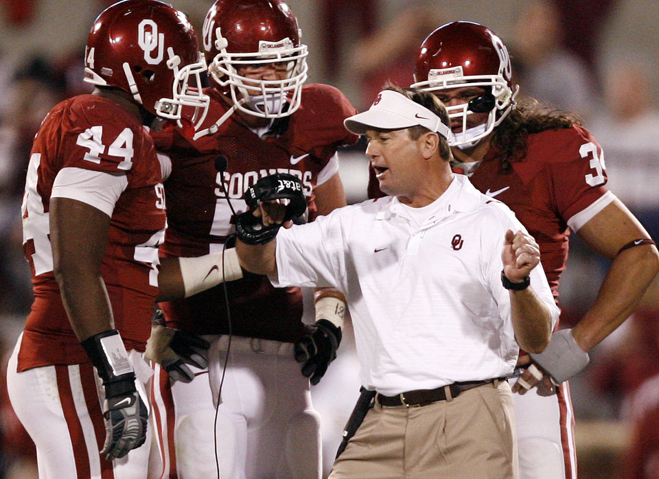 Bob Stoops talks to his special team unit during the first half of the college football game between the University of Oklahoma Sooners (OU) and the Kansas State University Wildcats (KSU) at the Gaylord Family -- Oklahoma Memorial Stadium on Saturday, Oct. 31, 2009, in Norman, Okla. Photo by Chris Landsberger, The Oklahoman ORG XMIT: KOD