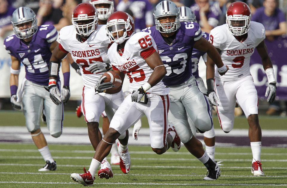 Photo - Oklahoma Sooners' Ryan Broyles (85) runs the ball up field past Kansas State Wildcats' Blake Slaughter (53) during the college football game between the University of Oklahoma Sooners (OU) and the Kansas State University Wildcats (KSU) at Bill Snyder Family Stadium on Saturday, Oct. 29, 2011. in Manhattan, Kan. Photo by Chris Landsberger, The Oklahoman  ORG XMIT: KOD
