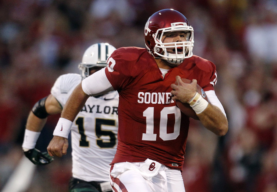 Photo -   Oklahoma quarterback Blake Bell (10) takes off on a 55-yard keeper in the fourth quarter for a touchdown against Baylor and the longest run by a quarterback in the Stoops era during an NCAA college football game in Norman, Okla., Saturday, Nov. 10, 2012. Oklahoma won 42-34. Baylor linebacker Brody Trahan (15) pursues. (AP Photo/Sue Ogrocki)