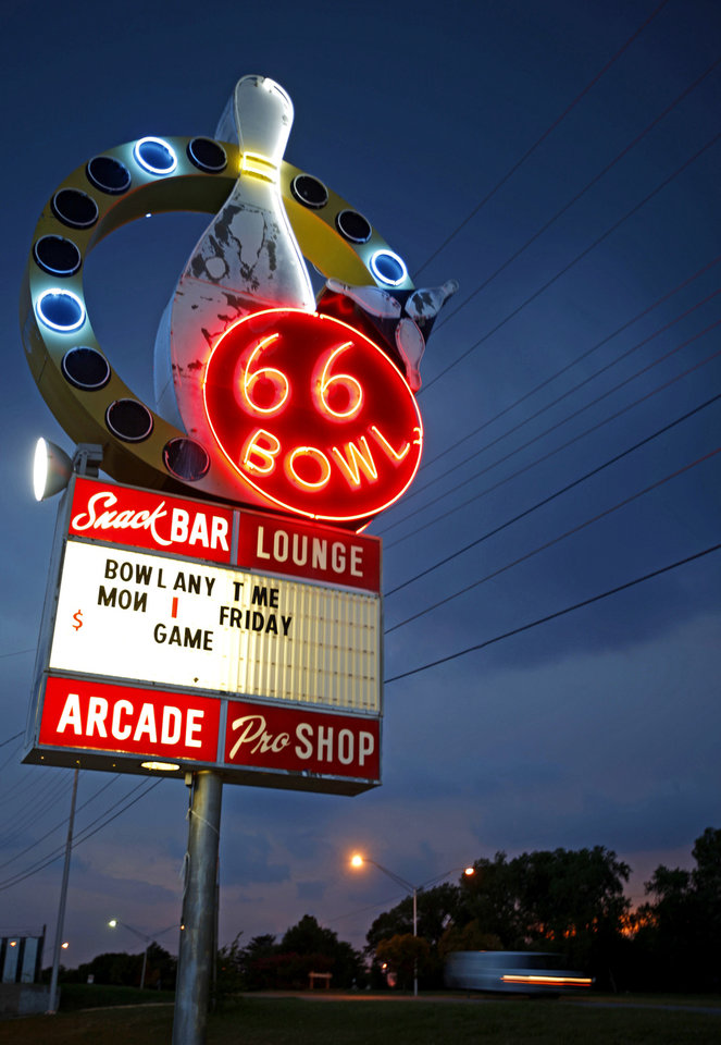 Photo - BOWLING ALLEY / 50 / 50TH ANNIVERSARY: The neon sign outside 66 Bowl in Oklahoma City, Wednesday, August 26, 2009. Photo by Bryan Terry, The Oklahoman ORG XMIT: KOD