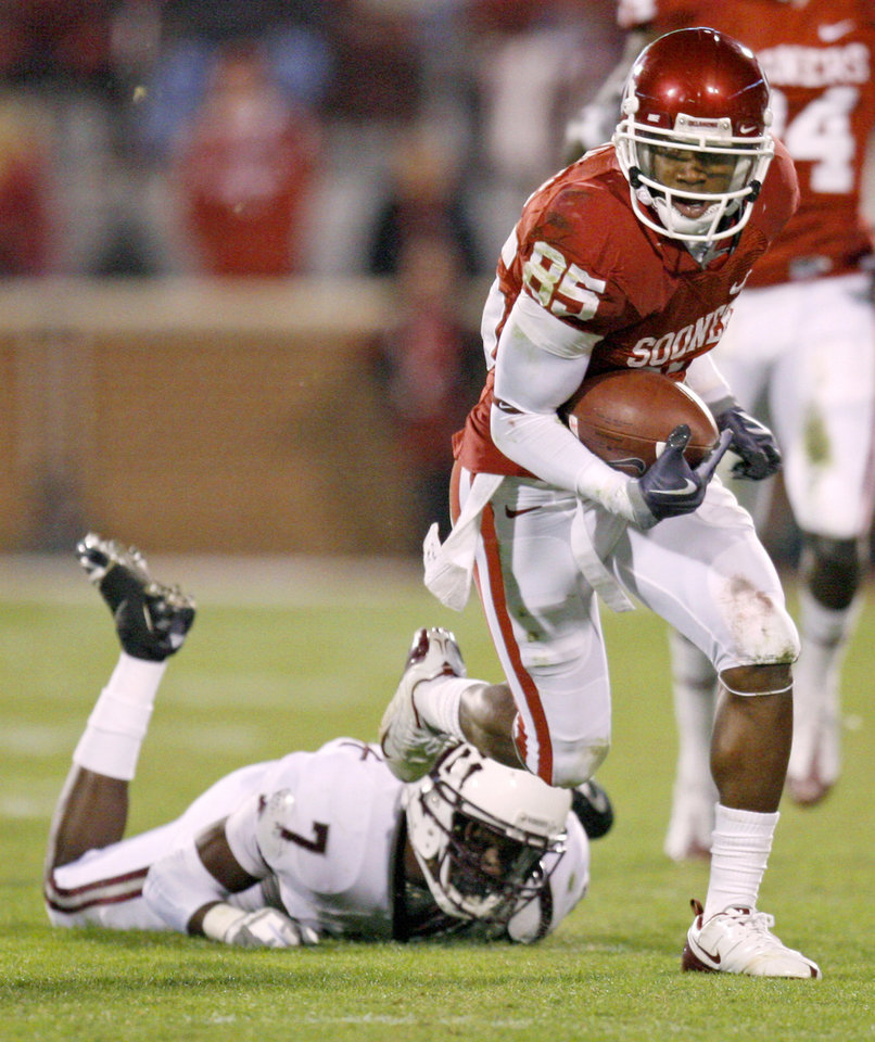 Photo - OU's Ryan Broyles runs past Texas A&M's Terrence Frederick during the Big 12 college football game between the University of Oklahoma Sooners and the Texas A&M Aggies at Gaylord Family - Oklahoma Memorial Stadium in Norman, Okla., Saturday, November 14, 2009.  Photo by Bryan Terry, The Oklahoman
