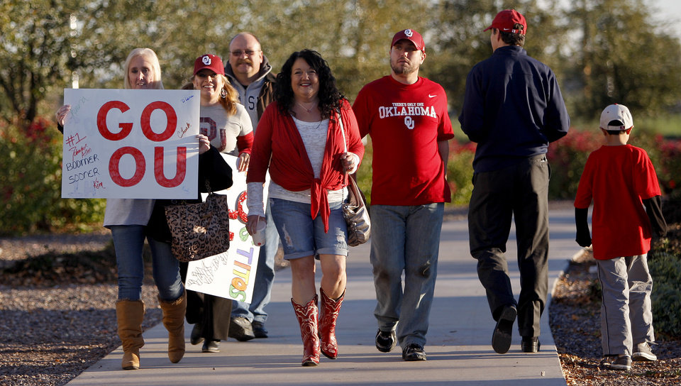 Photo - OU fans walk towards the stadium before the Fiesta Bowl college football game between the University of Oklahoma Sooners and the University of Connecticut Huskies in Glendale, Ariz., at the University of Phoenix Stadium on Saturday, Jan. 1, 2011.  Photo by Bryan Terry, The Oklahoman