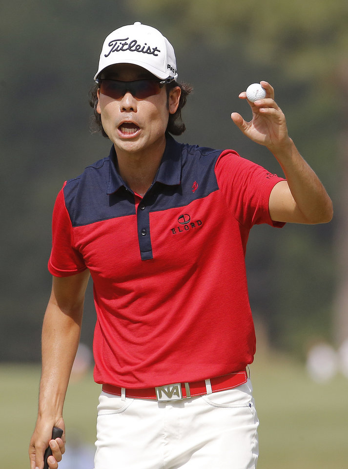 Photo - Kevin Na waves after a birdie on the sixth hole during the third round of the U.S. Open golf tournament in Pinehurst, N.C., Saturday, June 14, 2014. (AP Photo/Matt York)