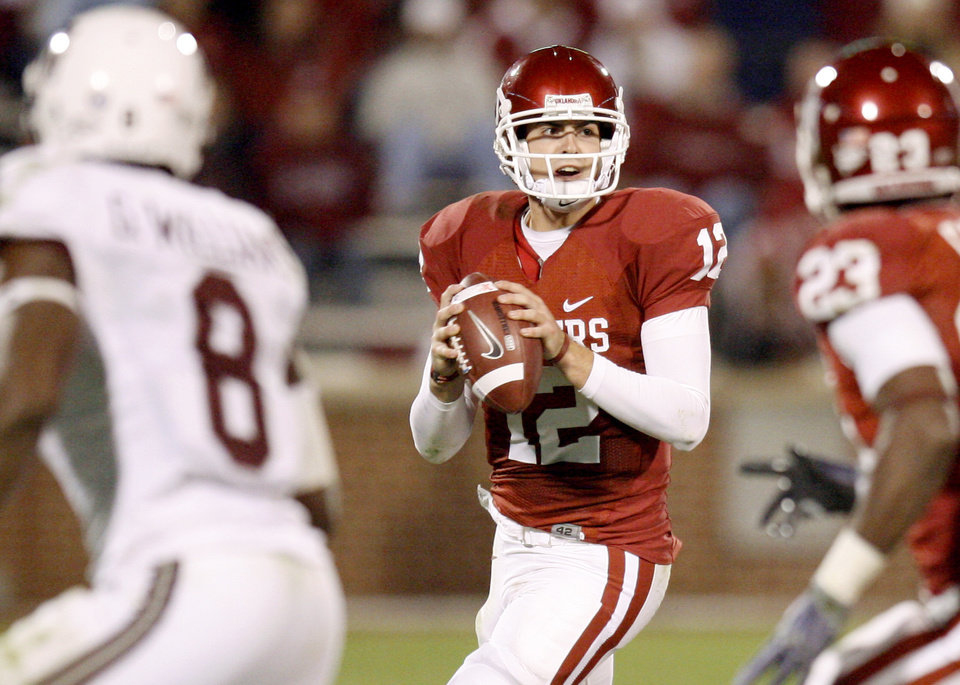Photo - OU's Landry Jones looks to pass during the Big 12 college football game between the University of Oklahoma Sooners and the Texas A&M Aggies at Gaylord Family - Oklahoma Memorial Stadium in Norman, Okla., Saturday, November 14, 2009.  Photo by Bryan Terry, The Oklahoman