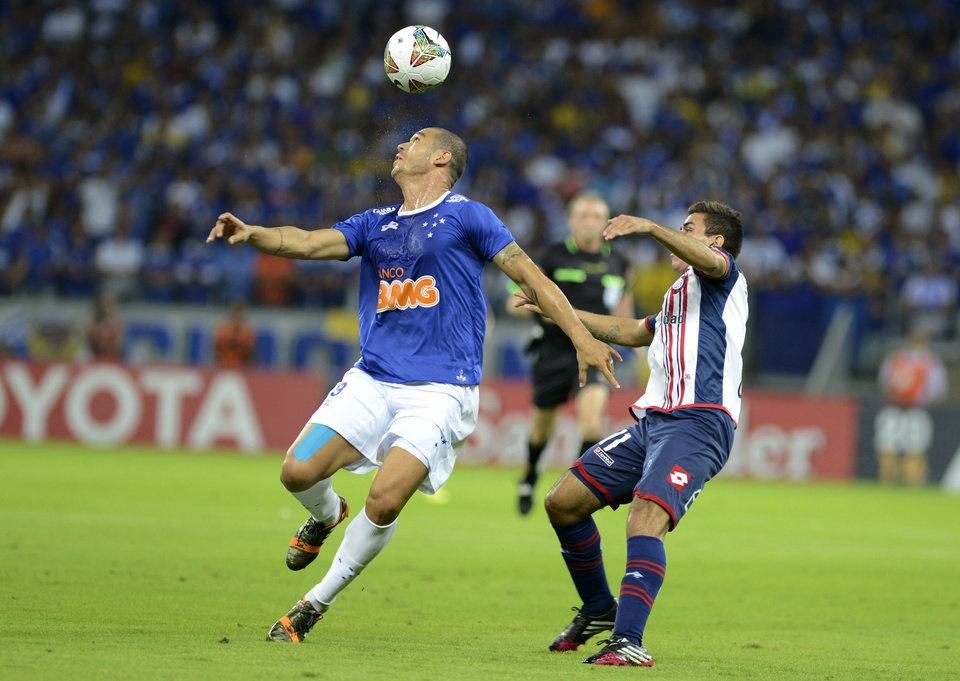 Photo - Angel Correa of Argentina's San Lorenzo, right, fights for the ball with Nilton of Brazil's Cruzeiro during a Copa Libertadores soccer match in Belo Horizonte, Brazil, Wednesday, May 14, 2014. (AP Photo/Eugenio Savio)