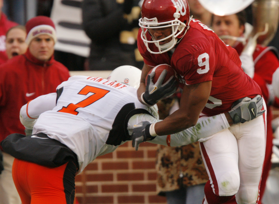 Photo - Oklahoma's Juaquin Iglesias (9) takes the ball past Oklahoma State's Martel Van Zant (7) during the first half of the college football game between the University of Oklahoma Sooners (OU) and the Oklahoma State University Cowboys (OSU) at the Gaylord Family-Memorial Stadium on Saturday, Nov. 24, 2007, in Norman, Okla. 