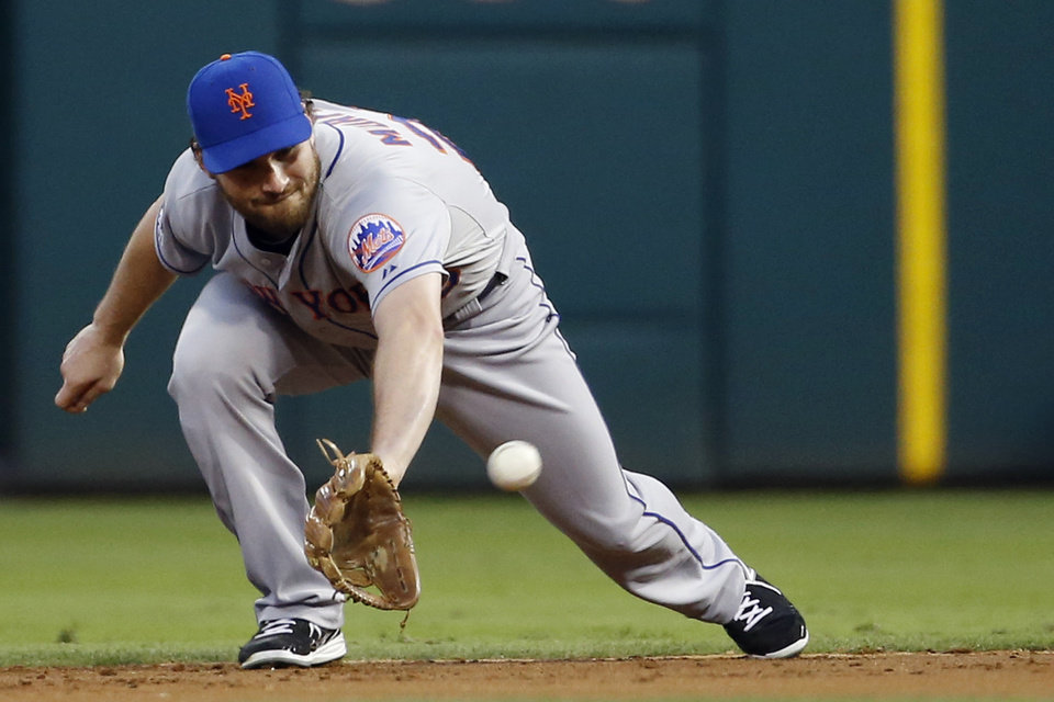 Photo - New York Mets second baseman Daniel Murphy fields a line-out by Philadelphia Phillies' Jimmy Rollins during the first inning of a baseball game, Saturday, Aug. 9, 2014, in Philadelphia. (AP Photo/Matt Slocum)
