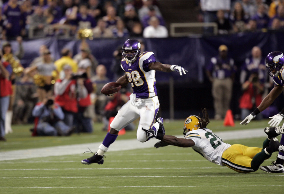 Photo - Minnesota Vikings' Adrian Peterson #28 in action against the Green Bay Packers during an NFL football game Sunday, Nov. 9, 2008 in Minneapolis. (AP Photo/Jim Mone) ORG XMIT: MNJM10