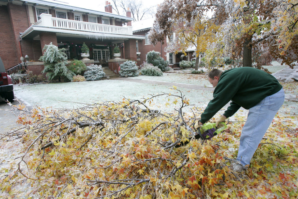 WINTER / COLD / WEATHER / ICE STORM / DAMAGE / AFTERMATH / CLEANUP / CLEAN UP: Dale Frey trims tree branches that fell due to heavy ice on NW 16th in Heritage Hills in Oklahoma City , Okla. Dec. 10, 2007.  BY STEVE GOOCH, THE OKLAHOMA.  ORG XMIT: KOD