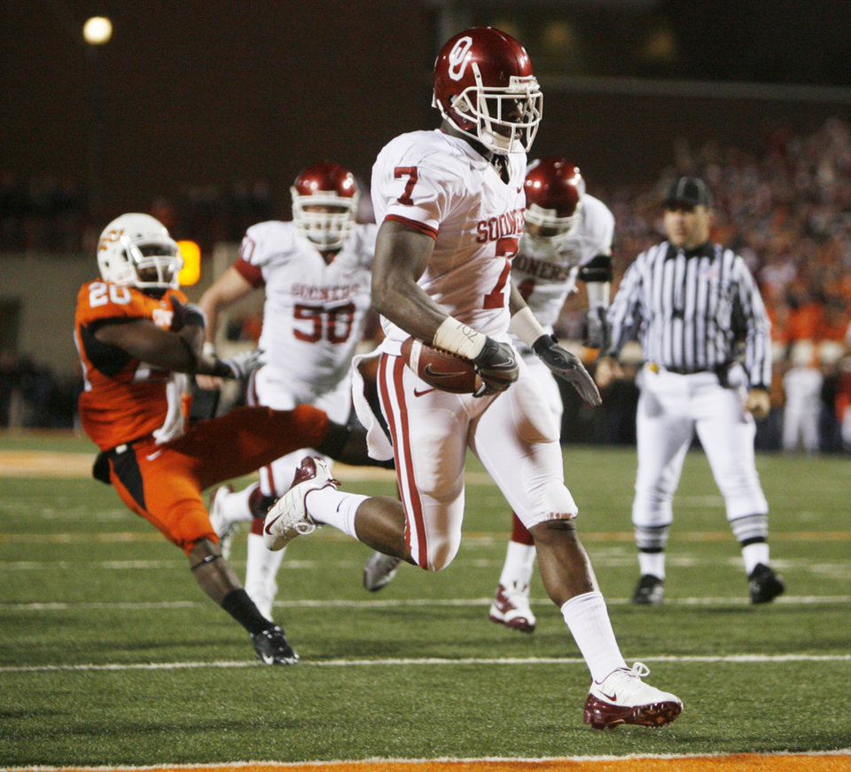 Photo - OU's DeMarco Murray crosses the end zone for the first touchdown in the first half of the college football game between the University of Oklahoma Sooners (OU) and Oklahoma State University Cowboys (OSU) at Boone Pickens Stadium on Saturday, Nov. 29, 2008, in Stillwater, Okla. STAFF PHOTO BY SARAH PHIPPS