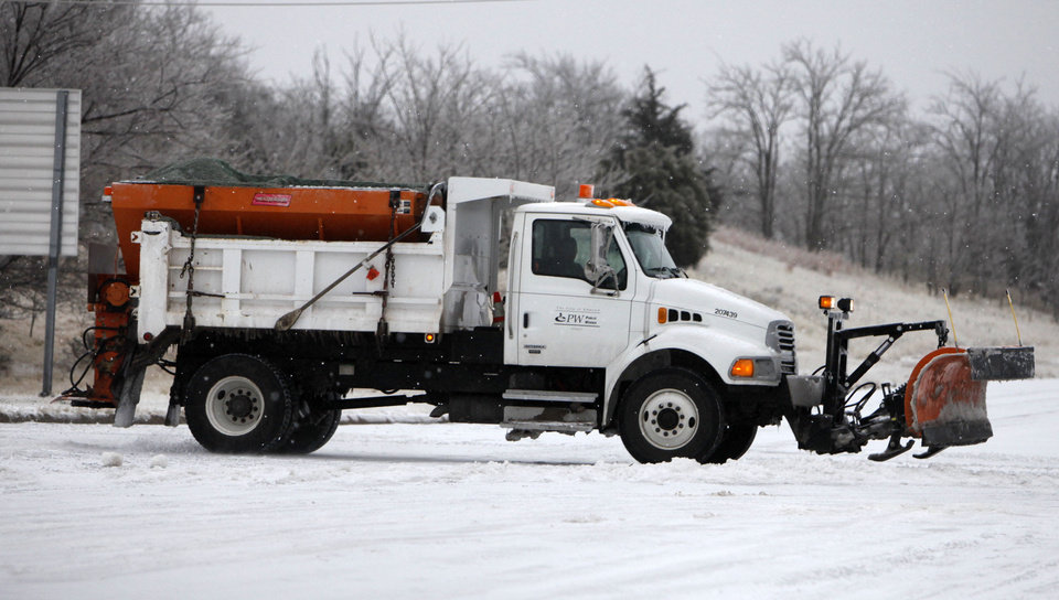 Photo - A salt truck spreads salt on the intersection at 33rd and I-35 in Edmond, OK, Friday, Jan. 29, 2010. By Paul Hellstern, The Oklahoman