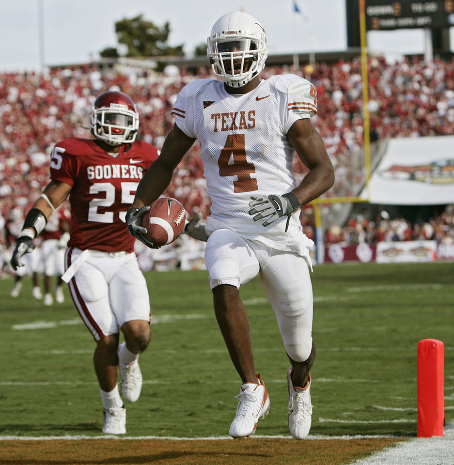 Photo - Texas' Limas Sweed (4) walks in untouched as he scores a touchdown in the second half during the University of Oklahoma Sooners (OU) college football game against the University of Texas (UT), in the Red River Shootout at the Cotton Bowl, on Saturday, Oct. 7, 2006, in Dallas, Tex.     by Chris Landsberger, The Oklahoman  ORG XMIT: KOD