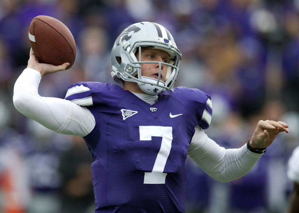 Photo -   Kansas State quarterback Collin Klein (7) passes to a teammate during the first half of an NCAA college football game against Kansas in Manhattan, Kan., Saturday, Oct. 6, 2012. (AP Photo/Orlin Wagner)
