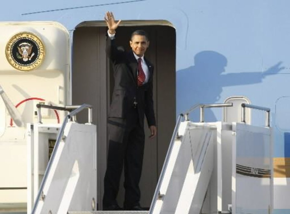 U.S. President  Barack  Obama waves before his departure from South Korea at Osan Air Base in Osan, South Korea, Thursday, Nov. 19, 2009.(AP Photo/Ahn Young-joon)