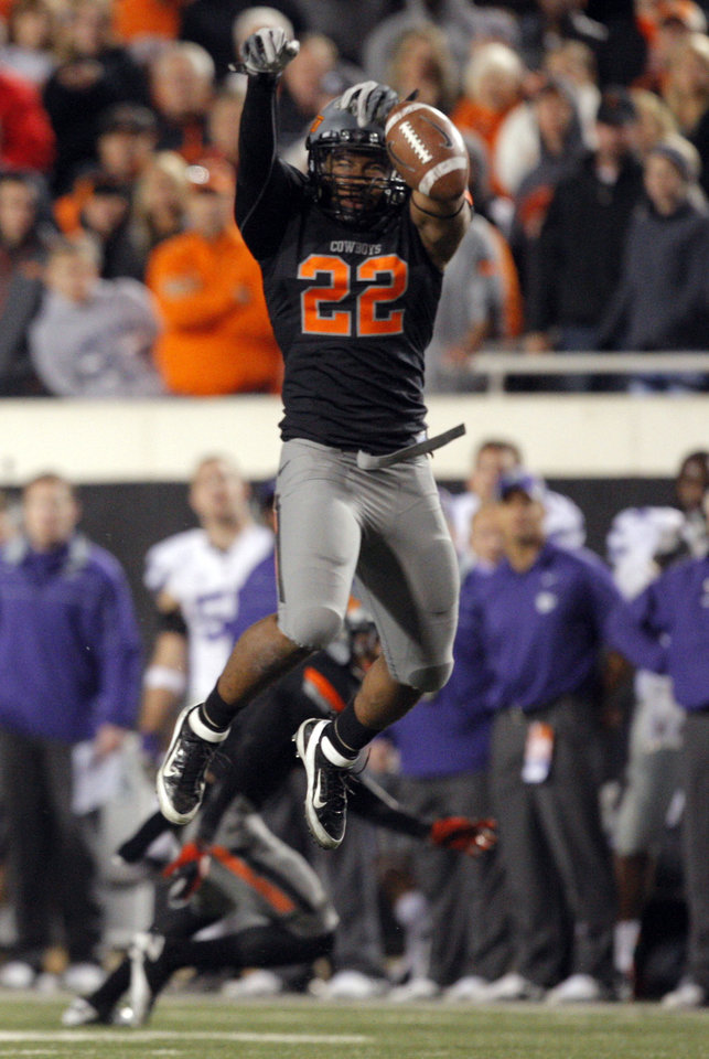 Photo - Oklahoma State's James Thomas (22) tips a pass from Kansas State's Collin Klein (7) during a college football game between the Oklahoma State University Cowboys (OSU) and the Kansas State University Wildcats (KSU) at Boone Pickens Stadium in Stillwater, Okla., Saturday, Nov. 5, 2011.  Photo by Sarah Phipps, The Oklahoman