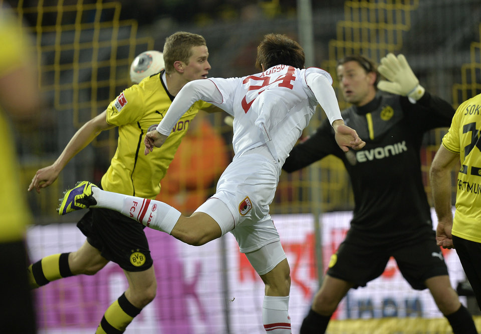 Photo - Augsburg's Ji Dong-won of South Korea scores with his head during the German Bundesliga soccer match between Borussia Dortmund and FC Augsburg in Dortmund,  Germany, Saturday, Jan. 25, 2014. (AP Photo/Martin Meissner)