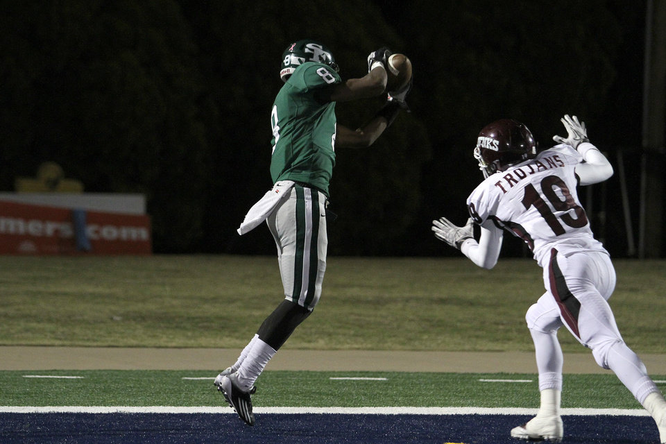 Photo - Edmond Santa Fe's Tre Kelley makes a 33 yard touchdown reception during the Edmond Santa Fe - Jenks game at UCO's Wantland Stadium in Edmond, Friday, November 18, 2011. PHOTO BY HUGH SCOTT, FOR THE OKLAHOMAN