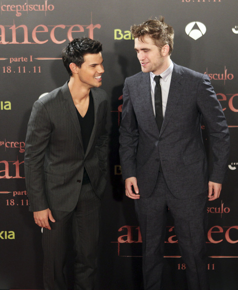 British actor Robert Pattinson, right, and US actor Taylor Lautner attend a film premiere of 'Twilight Breaking Dawn Part 1' in Barcelona, Spain, Thursday, Nov. 17, 2011. (AP Photo/Job Vermeulen) ORG XMIT: MF111