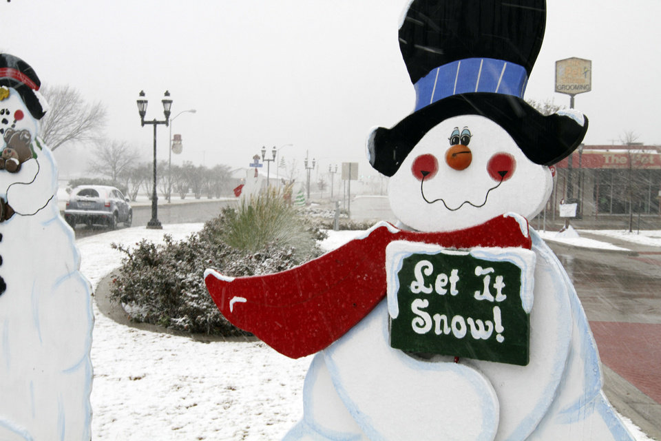 Photo - Christmas Day snow falls on Main Street in Duncanville, Texas on Tuesday, Dec. 25, 2012. (AP Photo/The Dallas Morning News, Irwin Thompson)  MANDATORY CREDIT; MAGS OUT; TV OUT; INTERNET OUT; AP MEMBERS ONLY