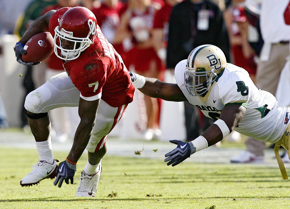 Photo - Oklahoma's DeMarco Murry (7) cuts back to avoid Baylor's Jonathan Nelson (3) during the second half of the college football game between the University of Oklahoma Sooners (OU) and the Baylor University Bears at Gaylord Family-Oklahoma Memorial Stadium on Saturday, Oct. 10, 2009, in Norman, Okla. 