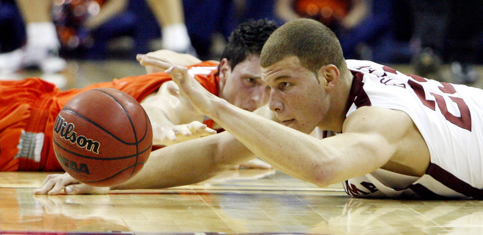 Oklahoma\'s Blake Griffin (23) tires to keep a loose ball alive against Syracuse\'s Andy Rautins (1) during the second half of the NCAA Men\'s Basketball Regional at the FedEx Forum on Friday, March 27, 2009, in Memphis, Tenn. PHOTO BY CHRIS LANDSBERGER, THE OKLAHOMAN