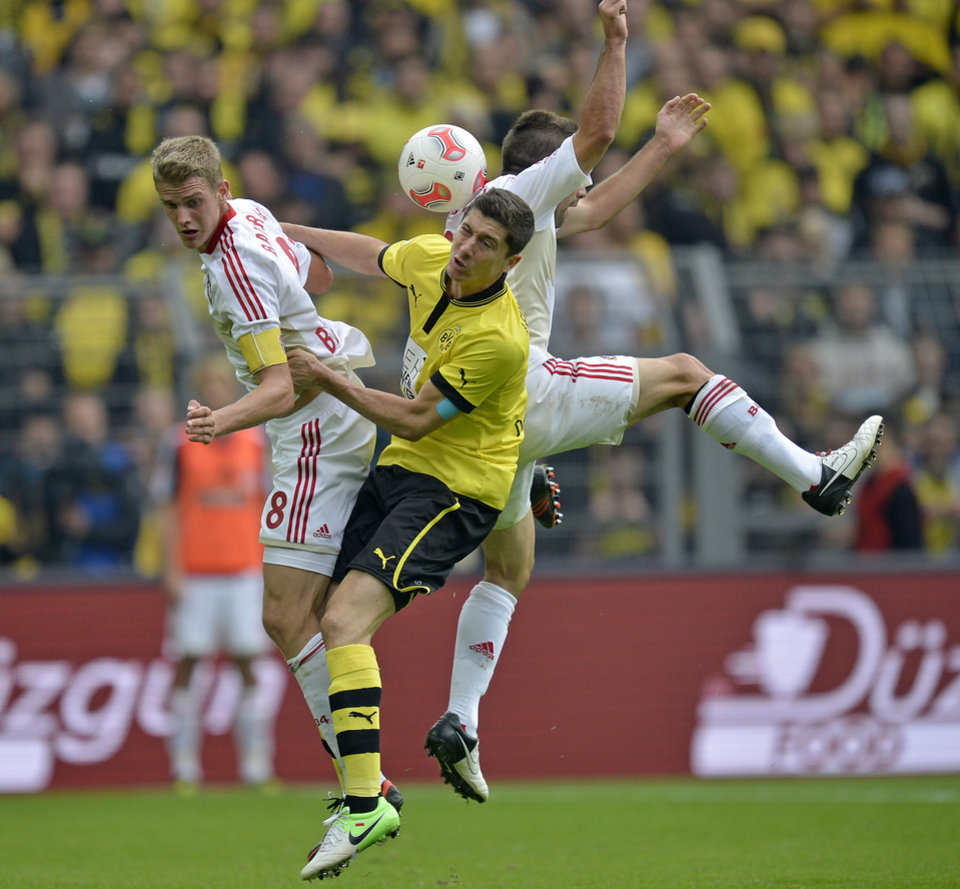 Photo -   Leverkusen's Lars Bender, Dortmund's Robert Lewandowski of Poland and Leverkusen's Dani Carvajal of Spain, from left, challenge for the ball during the German first division Bundesliga soccer match between Borussia Dortmund and Bayer Leverkusen in Dortmund, Germany, Saturday, Sept. 15, 2012. (AP Photo/Martin Meissner) NO MOBILE USE UNTIL 2 HOURS AFTER THE MATCH, WEBSITE USERS ARE OBLIGED TO COMPLY WITH DFL-RESTRICTIONS, SEE INSTRUCTIONS FOR DETAILS