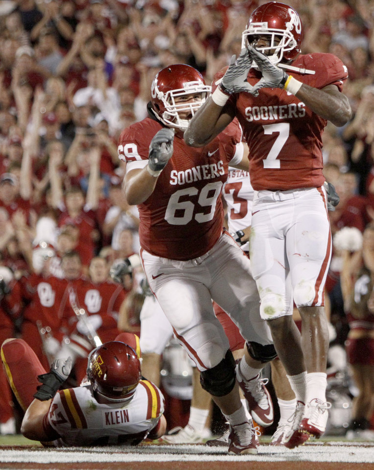 Photo - OU's DeMarco Murray celebrates beside Eric Mensik after a touchdown during the first half of the college football game between the University of Oklahoma Sooners (OU) and the Iowa State Cyclones (ISU) at the Gaylord Family-Oklahoma Memorial Stadium on Saturday, Oct. 16, 2010, in Norman, Okla.   Photo by Bryan Terry, The Oklahoman