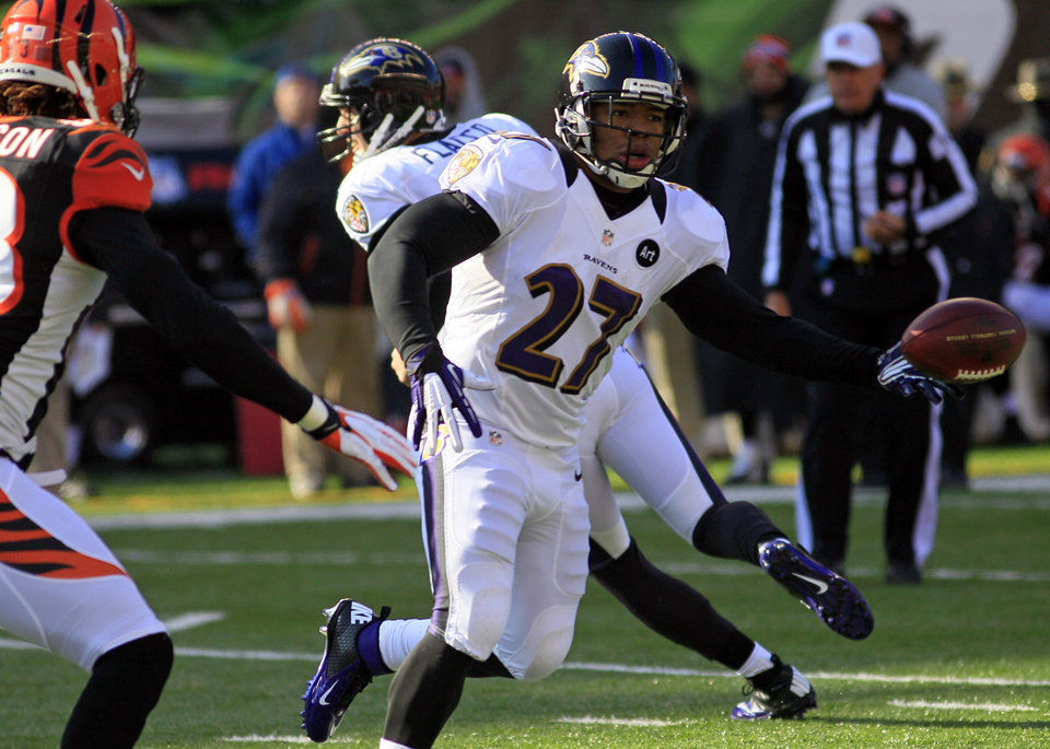 Photo - Baltimore Ravens running back Ray Rice (27) laterals the ball in the first half of an NFL football game against the Cincinnati Bengals, Sunday, Dec. 30, 2012, in Cincinnati. (AP Photo/Tom Uhlman)