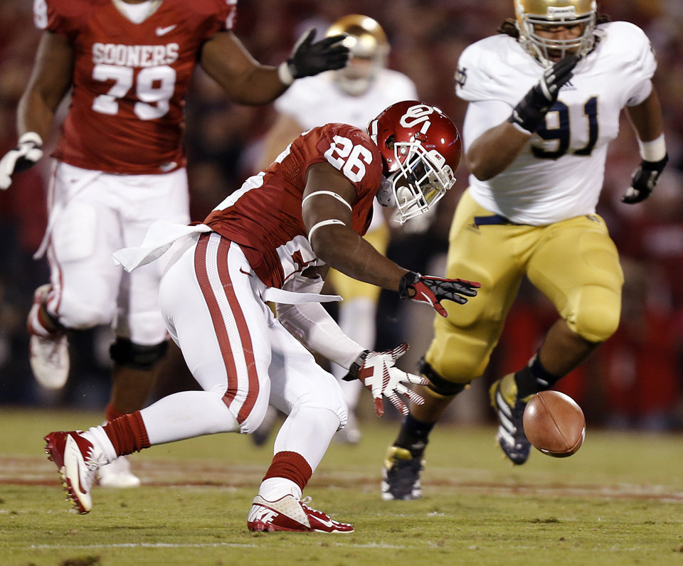 Photo - OU's Damien Williams (26) recovers a fumble on a bad snap on the opening drive during the college football game between the University of Oklahoma Sooners (OU) and the Notre Dame Fighting Irish at the Gaylord Family-Oklahoma Memorial Stadium on Saturday, Oct. 27, 2012, in Norman, Okla. Photo by Chris Landsberger, The Oklahoman