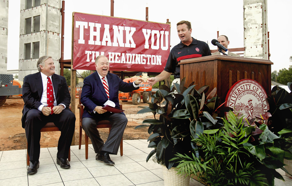 Photo - HEADINGTON HOUSING / DONOR / DONATED / DONATION / OU / DAVID BOREN: President David L. Boren (center) and Bob Stoops (right) participate in a beam raising/groundbreaking ceremony with major donor Tim Headington (left) at a new student housing center on the campus of the University of Oklahoma on Friday, Sept 2, 2011, in Norman, Okla.   Photo by Steve Sisney, The Oklahoman ORG XMIT: KOD