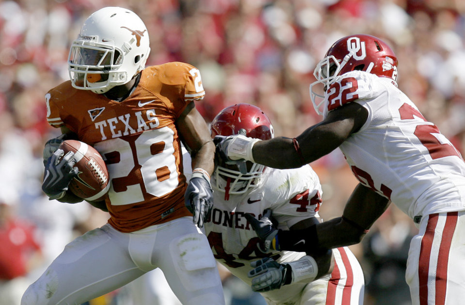 Photo - Fozzy Whittaker of Texas runs by OU's Jeremy Beal, center, and Keenan Clayton during the Red River Rivalry college football game between the University of Oklahoma Sooners (OU) and the University of Texas Longhorns (UT) at the Cotton Bowl in Dallas, Texas, Saturday, Oct. 17, 2009. Photo by Bryan Terry, The Oklahoman