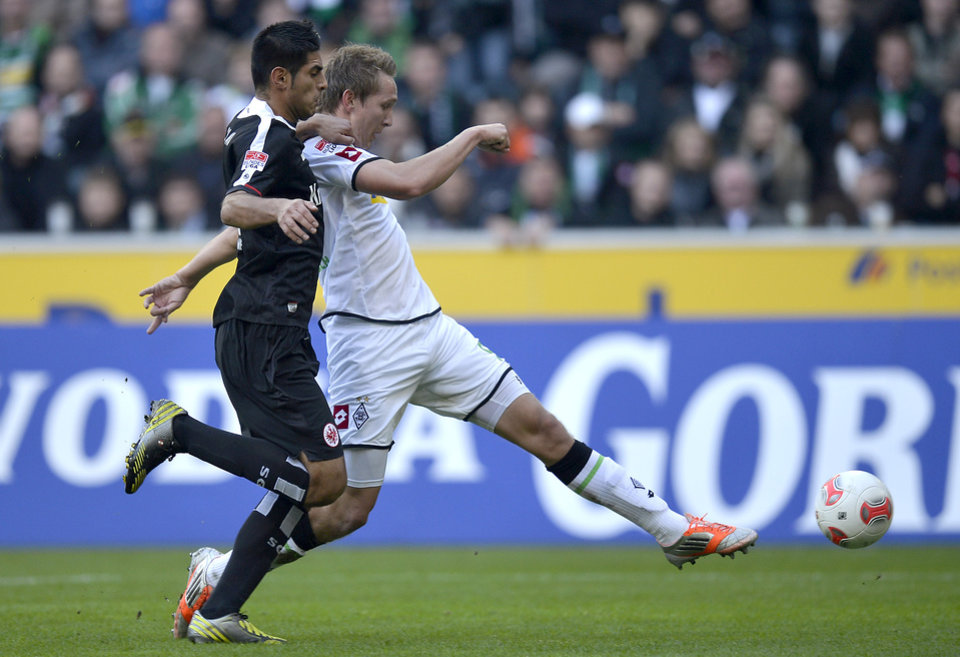 Photo -   Frankfurt's Carlos Zambrano of Peru, left, can not stop Moenchengladbach's Luuk de Jong of the Netherlands from scoring his side's second goal during the German first division Bundesliga soccer match between Borussia Moenchengladbach and Eintracht Frankfurt in Moenchengladbach, Germany, Sunday, Oct. 7, 2012. (AP Photo/Martin Meissner)