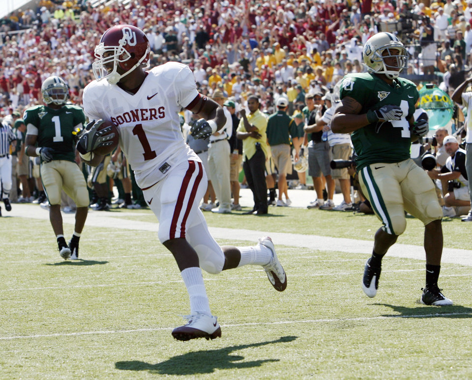 Mnuel Johnson scores on a Sam Bradford pass in the first half during the college football game between Oklahoma (OU) and Baylor University at Floyd Casey Stadium in Waco, Texas, Saturday, October 4, 2008.   BY STEVE SISNEY, THE OKLAHOMAN