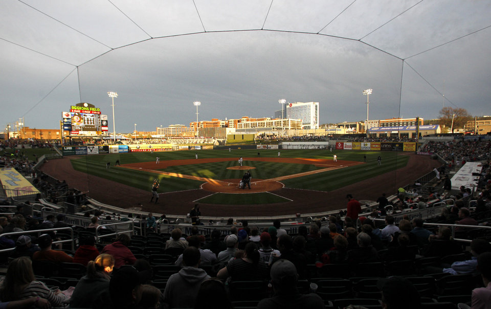 Photo - A crowd watches a spring exhibition baseball game between the Chicago White Sox and the Birmingham Barons on Friday, March 28, 2014, in Birmingham, Ala. (AP Photo/Butch Dill)
