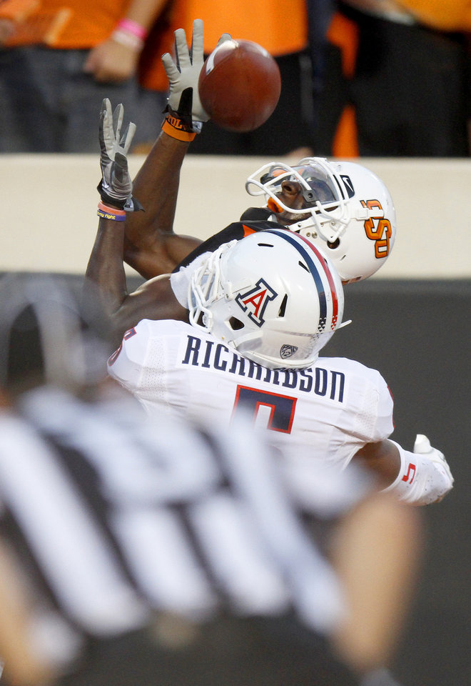 Photo - Oklahoma State's Justin Blackmon (81) catches a touchdown pass in front of Arizona's Shaquille Richardson (5) during their game Thursday. The catch was Blackmon's first TD of the season. PHOTO BY BRYAN TERRY, The Oklahoman