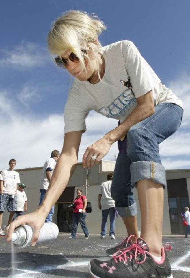 Photo - Carrie Underwood helps paint a world map on the playground at her former school, Marshall Elementary School, in Checotah, Friday, October 14, 2011.   Photo by David McDaniel, The Oklahoman  ORG XMIT: KOD