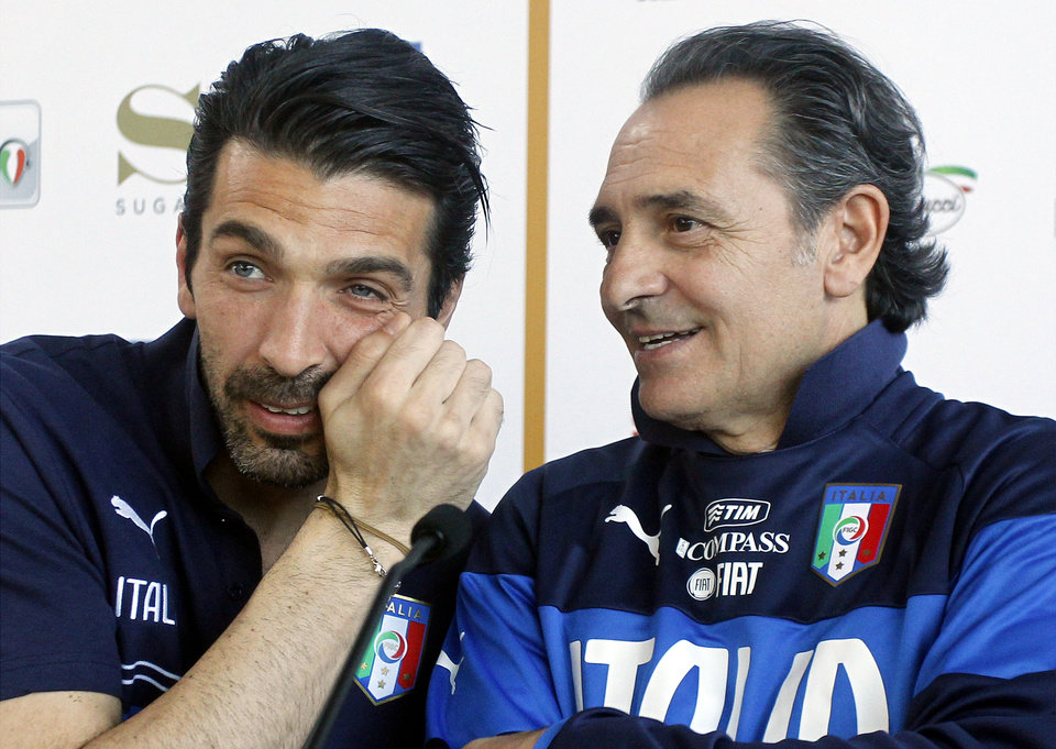 Photo - Italy coach Cesare Prandelli, right, speaks to goalie Pierluigi Buffon during a press conference at the national team's Coverciano training complex in Florence, Italy, Tuesday, April 15, 2014, where 42 players were called up for World Cup fitness tests. (AP Photo/Fabrizio Giovannozzi)