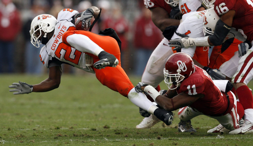 Lendy Holmes (11) brings down Dantrell Savage (22) for no gain during the first half of the college football game between the University of Oklahoma Sooners (OU) and the Oklahoma State University Cowboys (OSU) at the Gaylord Family-Memorial Stadium on Saturday, Nov. 24, 2007, in Norman, Okla. 